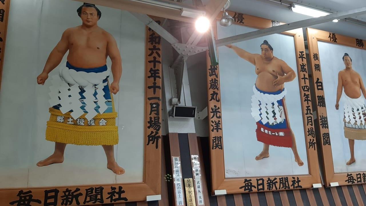 両国駅横綱画像